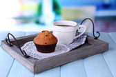 Blueberry muffin and coffee on tray, on wooden background — Стоковое фото