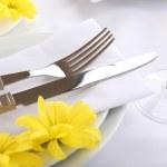 de instelling van de tabel met Lentebloemen close-up — Stockfoto #48482419
