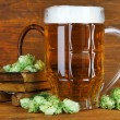 Постер, плакат: Glass of beer and hops