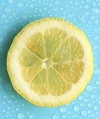 Slice of lemon with drop — Stockfoto