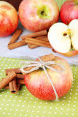 Ripe apples with with cinnamon sticks — Stock Photo
