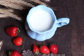 Ripe sweet strawberries, fresh bun and mug with milk — Stock Photo
