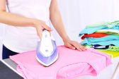 Mulher roupa na tábua de engomar — Fotografia Stock