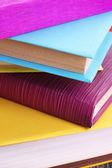στοίβα πολύχρωμο βιβλίο με σκληρό εξώφυλλο και χαρτόδετων βιβλίων — Φωτογραφία Αρχείου