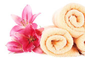 Color towels and lily flowers — Stockfoto