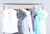 Office kvinnliga kläder på galgar — Stockfoto