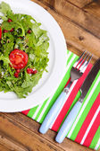 Green salad made with  arugula, tomatoes and sesame — Stock Photo