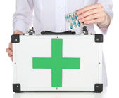 Nurse holding first aid kit — Stockfoto