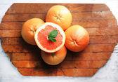 Pomelos maduros sobre fondo de madera — Foto de Stock