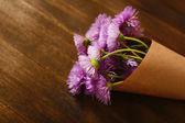 Ahşap masa üstünde güzel kır çiçekleri — Stok fotoğraf