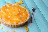 自制橙色挞的彩色木背景 — 图库照片