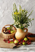 Still life with flowers and berries on wooden table — Foto Stock