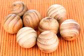 在竹凉席上的木制球 — 图库照片