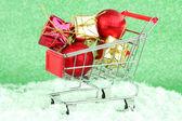 De giften van kerstmis in het winkelwagentje — Stockfoto
