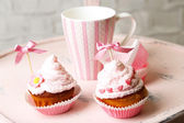 Tasty cup cakes with cream — Stock Photo