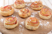 Tasty  puff pastry with apple shaped roses — Stockfoto