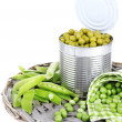 Fresh and canned peas in tin on wicker mat, isolated on white — Stock Photo