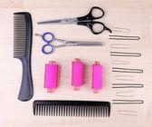 Профессиональные Парикмахерские инструменты - гребень, ножницы и булавки на светлом фоне деревянные — Стоковое фото