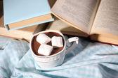Tablo, sıcak çikolata bir fincan kadar yakın — Stok fotoğraf