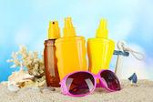 Bottles with suntan cream and sunglasses — Stockfoto