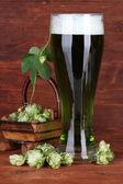 Glas öl och humle — Stockfoto