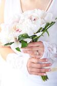Braut mit hochzeitsstrauß — Stockfoto