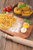 Ruwe huisgemaakte pasta en ingrediënten voor pasta — Stockfoto