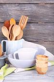 Trä bestick, pan, skål och skärbräda — Stockfoto
