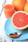 Half of grapefruit, glass of fresh juice — Stock Photo