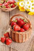 Ripe sweet strawberries in wicker basket — Stockfoto