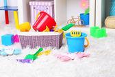 Bunte spielzeuge auf flauschigen teppich im kinderzimmer — Stockfoto