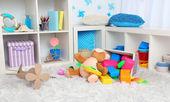 Juguetes coloridos en mullida alfombra en la habitación de los niños — Foto de Stock