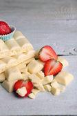 Vit choklad bar med färska jordgubbar — Stockfoto