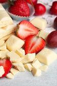 White chocolate bar with fresh berries — Stockfoto