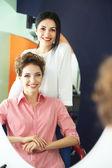 Fryzjer i klienta w salonie piękności — Zdjęcie stockowe
