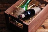 瓶酒在木盒子里 — 图库照片