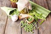 Fresh and canned peas — Stock Photo