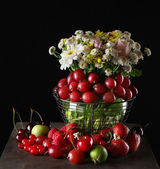 Berries and flowers — Stock Photo