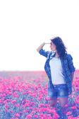 Haşhaş alanda güzel bir genç kadın — Stok fotoğraf