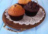Muffins auf Tablett — Stockfoto