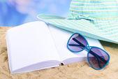 Otevřená kniha bílá na písku — Stock fotografie
