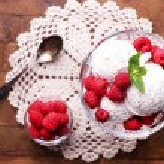 Creamy ice cream with raspberries — Stockfoto #49190783