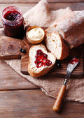 Хлеб с маслом и джемом черной смородины — Стоковое фото