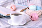 Coffee and yarn for knitting with book — Stockfoto