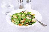 Green salad with spinach, apples, walnuts and cheese — Stock Photo