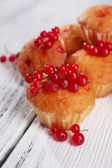 Muffin with red currant berries — Stok fotoğraf
