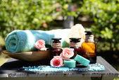Remedios herbales para el masaje en la tabla, al aire libre — Foto de Stock