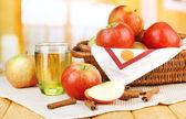 спелые яблоки с корицей палками — Стоковое фото