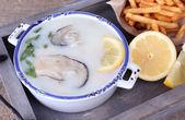 Ahşap masa üzerinde istiridye ile lezzetli çorba — Stok fotoğraf