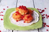 Plaka renk ahşap arka plan üzerinde kırmızı kuş üzümü meyveleri lezzetli kek — Stok fotoğraf